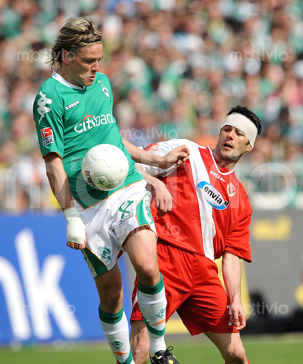 FUSSBALL     1. BUNDESLIGA     SAISON 2007/2008   31. SPIELTAG SV Werder Bremen - Energie Cottbus                           03.05.2008 Clemens FRITZ (li, Bremen) gegen Branko JELIC (re, Cottbus)