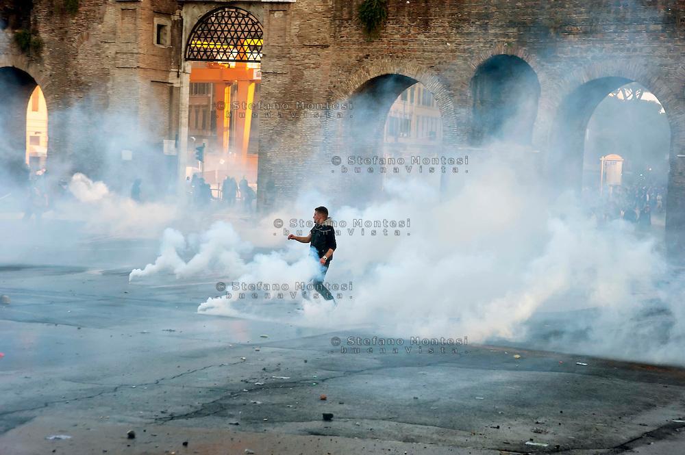 Roma  15 Ottobre 2011.Manifestazione contro la crisi e l'austerità.Scontri tra manifestanti e forze dell'ordine.Manifestante in mezzo al fumo dei lacrimogeni in piazza San Giovanni.