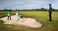 AMSTELVEEN - Golfcentrum Amsteldijk. golfles uit de bunker. COPYRIGHT KOEN SUYK
