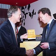 NLD/Amsterdam/20140220 - Boekpresentatie Fout Geld in De Nederlandse Bank, Roel Janssen reikt exemplaar uit aan de directeur De Nederlandse Bank Frank Elderson