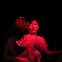 Una pareja de mujeres Chiinas bailan en un bar. Beijing, China/ Fotografo: Bernardo De Niz