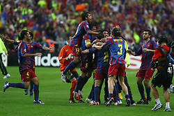 PARIS, FRANCE - WEDNESDAY, MAY 17th, 2006: FC Barcelona players celebrate beating Arsenal 2-1 to win the European Cup during the UEFA Champions League Final at the Stade de France. (Pic by David Rawcliffe/Propaganda)