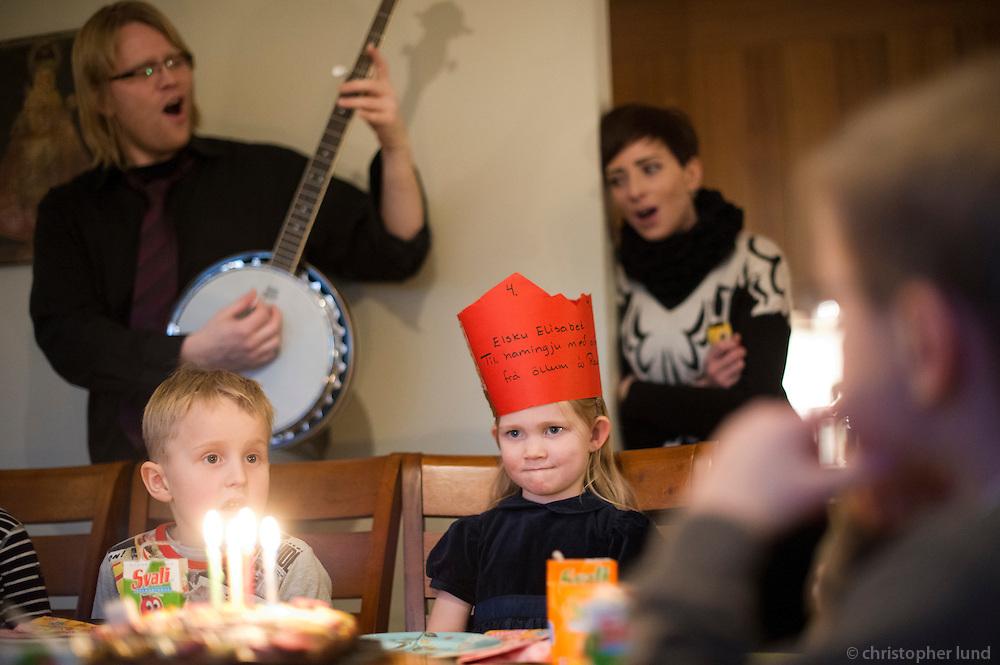 Elísabet 4 ára. Afmælissöngur sunginn undir banjospili frá pabba.