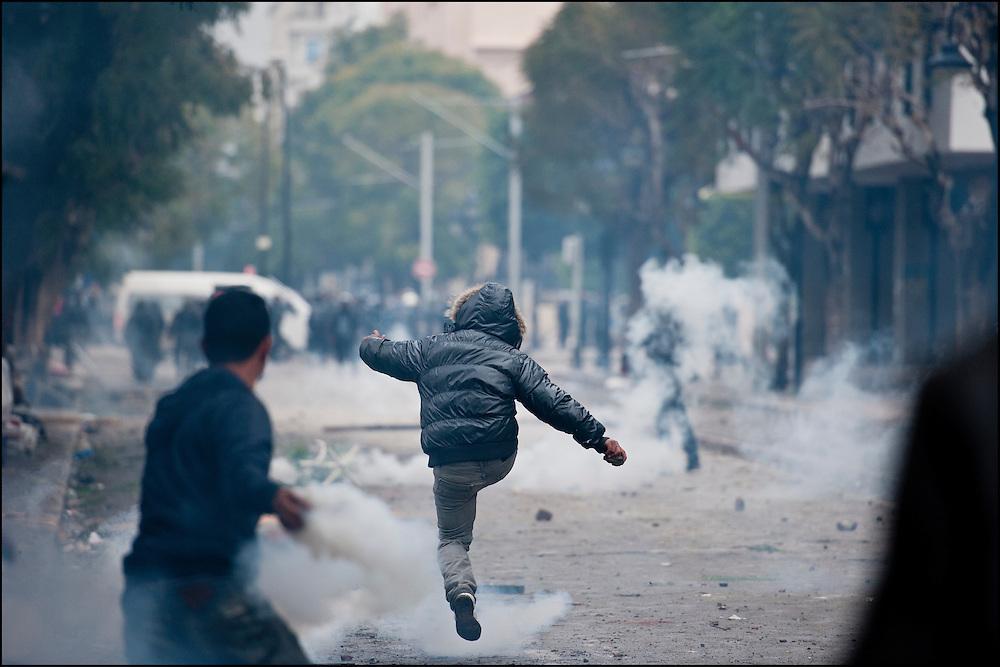 Des manifestants affrontent les forces de police à proximité de l'avenue Habib Bourguiba. // Des affrontements entre la police et les manifestants ont éclaté dans le centre de Tunis, notamment avenue Habib Bourguiba, faisant (selon Associated Press) 3 morts (prétendument par balle) et 12 blessés parmi les manifestants, Tunis le 26 février 2011.
