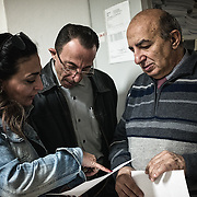 Mohamed avec Marina Mina Rabab et Angelo, qui lui montrent la liste des effets personnels de son frère Bilal. Marina est l'interprète qui a aidé Angelo dans tout le travail d'identification des victimes et de contacte avec les familles