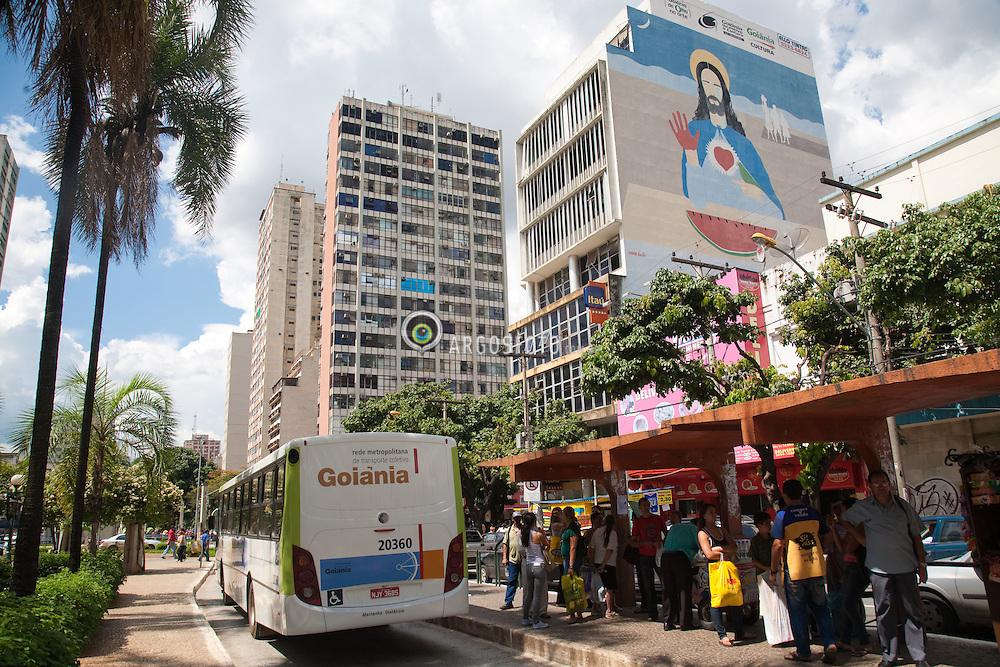 Ponto de onibus na Avenida Goias no centro da cidade de Goiania / Bus stop at Goias Avenue at Goiania Downtown