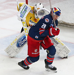 07.04.2019, Albert Schultz Halle, Wien, AUT, EBEL, Vienna Capitals vs EC Red Bull Salzburg, Halbfinale, 5. Spiel, im Bild v.l. Jean Philippe Lamoreux (spusu Vienna Capitals) und Christopher Van De Velde (EC Red Bull Salzburg) // during the Erste Bank Icehockey 5th semifinal match between Vienna Capitals and EC Red Bull Salzburg at the Albert Schultz Halle in Wien, Austria on 2019/04/07. EXPA Pictures © 2019, PhotoCredit: EXPA/ Thomas Haumer