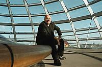 02 SEP 1999, BERLIN/GERMANY:<br /> Rezzo Schlauch, B90/Grüne Fraktionsvorsitzender, in der Glasskuppel des Reichstagsgebäudes<br /> Rezzo Schlauch, Chairman of the Green parliamentary group, into the glass dome of the Reichstag<br /> IMAGE: 19990902-01/04-18