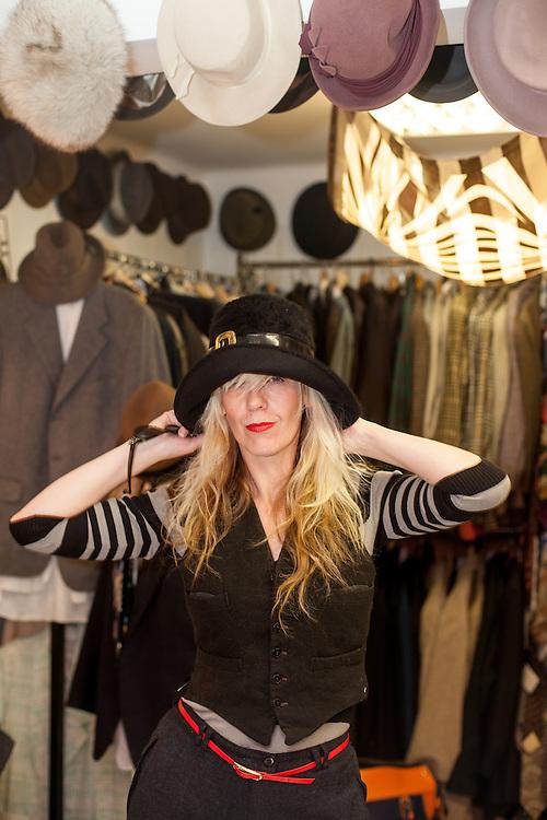 Die britische Eigentümerin des Bohemian Retro Rebecca Eastwood in ihrem Laden in Zizkov. Rebecca lebt seit 1993 in Prag.
