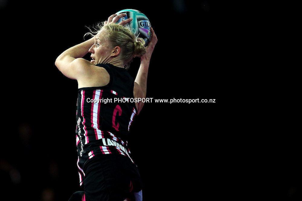 Laura Langman of New Zealand in action. Fast5 Netball World Series, New Zealand v Australia at Vector Arena, Auckland, New Zealand. Friday 8th November 2013. Photo: Anthony Au-Yeung / photosport.co.nz