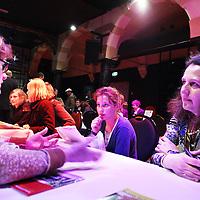 Nederland, Amsterdam , 10 april 2010..Moeder en dochter die uitgeloot is op de school van haar keuze laten zich informeren naar haar mogelijkheden in Arena Hotel tijdens het speeddaten van de scholenbeurs..Foto:Jean-Pierre Jans