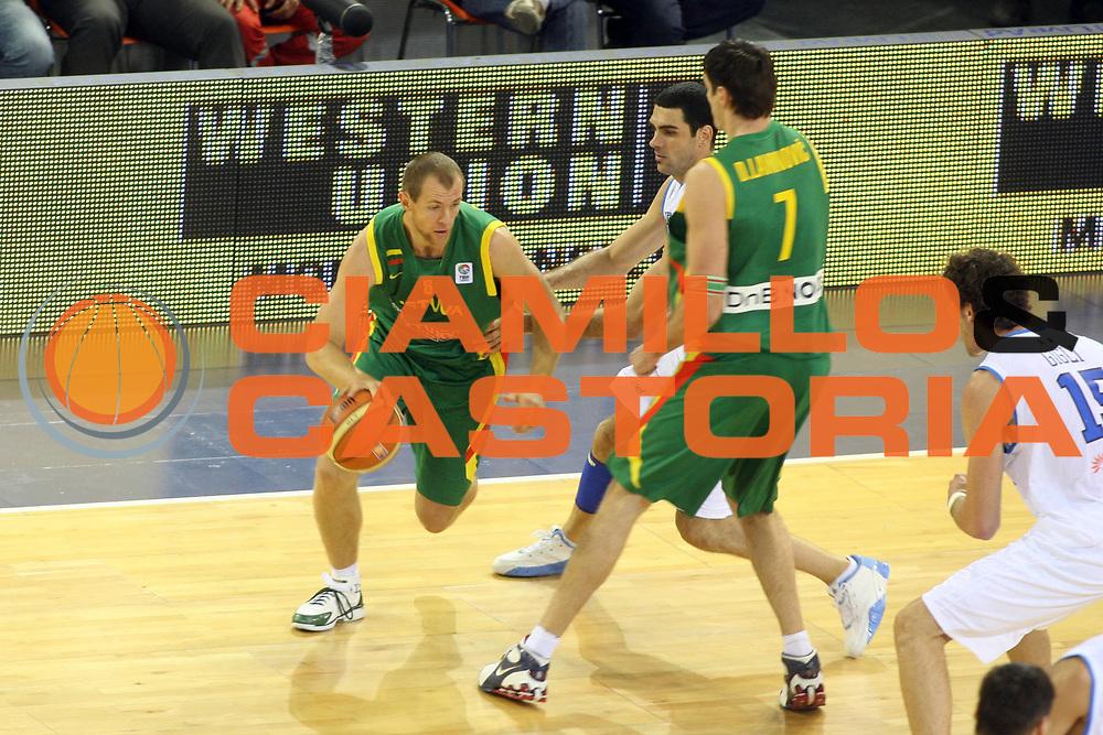 DESCRIZIONE : Madrid Spagna Spain Eurobasket Men 2007 Italia Lituania Itlay Lithuania<br />GIOCATORE : Ramunas Siskauskas<br />SQUADRA : Lituania Lithuania<br />EVENTO : Eurobasket Men 2007 Campionati Europei Uomini 2007 <br />GARA : Italia Lituania Italy Lithuania<br />DATA : 08/09/2007 <br />CATEGORIA : Palleggio Sponsor Western Union<br />SPORT : Pallacanestro <br />AUTORE : Ciamillo&amp;Castoria/G.Ciamillo<br />Galleria : Eurobasket Men 2007 <br />Fotonotizia : Madrid Spagna Spain Eurobasket Men 2007 Italia Lituania Italy Lithuania<br />Predefinita :