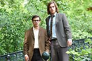Setbezoek Het Leven Is Vurrukkulluk in het Vondelpark, Amsterdam.<br /> <br /> Op de foto:  Geza Weisz als Boelie , Reinout Scholten van Aschat als Mees ACTEURS ZIJN IN KARAKTER