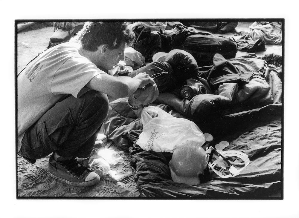 Proteste contro il summit del G8, Genova luglio 2001. Venerdì 20 luglio, corteo dei Disobbedienti. Un manifestante prepara la sua maschera antigas prima della partenza del corteo. Campeggio dello stadio Carlini.