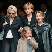 Begrafenis oma Leontine Ruiters, Leontine met zus Laura