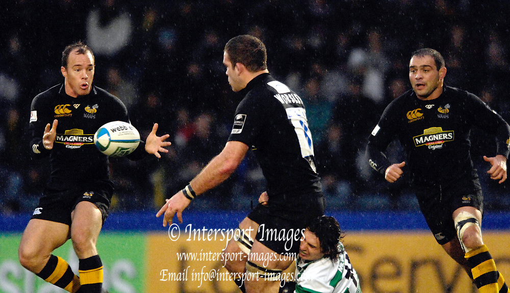 Wycombe, GREAT BRITAIN,  Joe Worsley passes the ball to Mark Van GISBERGEN, [left]]  during the third round Heineken Cup game, London Wasps vs  Benetton Treviso. at the Adams Stadium, Wycombe, ENGLAND, Sun  10.12.2006. [Photo Peter Spurrier/Intersport Images]..