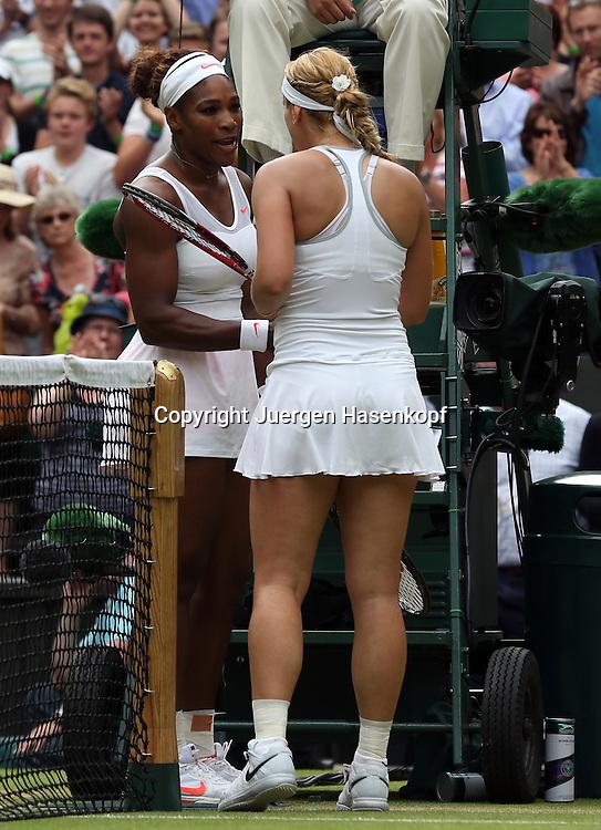 Wimbledon Championships 2013, AELTC,London,<br /> ITF Grand Slam Tennis Tournament,<br /> L-R. Serena Williams (USA) gratuliert der Siegerin Sabine Lisicki (GER) am Netz,Ganzkoerper,Hochformat