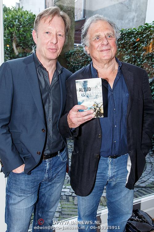 NLD/Amsterdam/20150331 - Boekpresentatie Altijd Viareggio van Rick Nieman, Jan Cremer ontvangt het eerste exemplaar van Rick Nieman