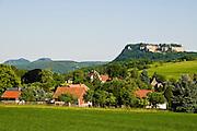 Thuermsdorf (Dorf) mit Festung Koenigstein, Saechsische Schweiz, Elbsandsteingebirge, Sachsen, Deutschland.|.Saxon Switzerland, village Thuermsdorf and Fort Koenigstein, Saxony, Germany