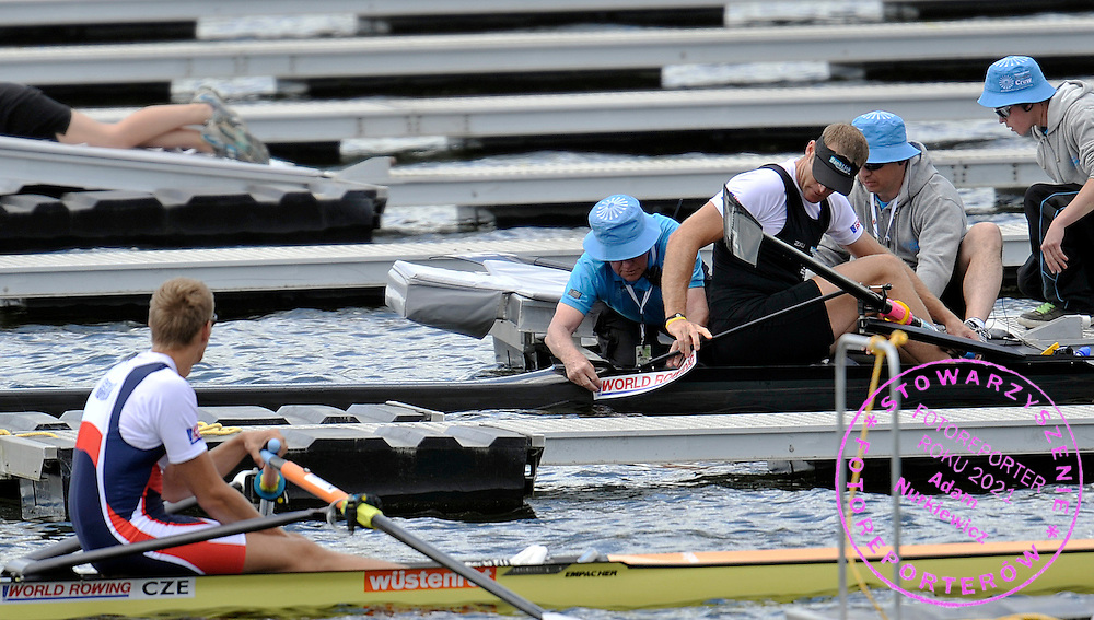 (L) ONDREJ SYNEK (CZECH REPUBLIC) & (R) MAHE DRYSDALE (NEW ZEALAND) WAIT FOR THE START IN MEN'S SINGLE SCULLS DURING REGATTA WORLD ROWING CHAMPIONSHIPS ON KARAPIRO LAKE IN NEW ZEALAND...NEW ZEALAND , KARAPIRO , NOVEMBER 04, 2010..( PHOTO BY ADAM NURKIEWICZ / MEDIASPORT )..PICTURE ALSO AVAIBLE IN RAW OR TIFF FORMAT ON SPECIAL REQUEST.