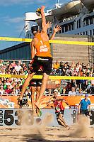 ROTTERDAM - Poulewedstrijd Brouwer/Meeuwsen - Huver/Seidl , Beachvolleybal , WK Beach Volleybal 2015 , 27-06-2015 , Alexander Brouwer slaat de bal over het net