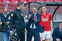 ALKMAAR - 23-08-15, AZ - Willem II, AFAS Stadion, AZ trainer John van den Brom is kwaad, woest, bax vierde official, AZ speler Robert Muhren (r).
