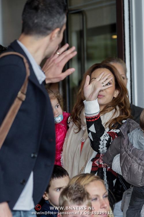 NLD/Amsterdam/20120604 - Vertrek Nederlands Elftal voor EK 2012, Robin van Persie neemt afscheid van Bouchra en kinderen Shaqueel en Dina Layla