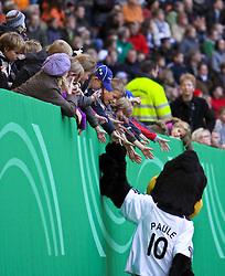 12.10.2009, Nordbank Arena, Hamburg, GER, DFB, Öffentliches Training im Bild, DFB-Maskottchen Paule klascht Kinder und Fans ab, EXPA Pictures © 2009 for Austria only, Photographer EXPA / NPH /Koring