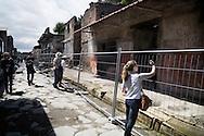 Pompei, Italia - 24 aprile 2012. Turisti all'interno degli scavi archeologici di Pompei. Molte domus sono inaccessibili ed i turisti sono costretti a fotografarle solo attraverso le reti metalliche che ne impediscono l'accesso.<br /> Ph. Roberto Salomone Ag. Controluce<br /> ITALY - Tourists visit the archeological site of Pompeii on April 24, 2012. Many houses are closed and tourists are forced to photograph them through metallic nets.