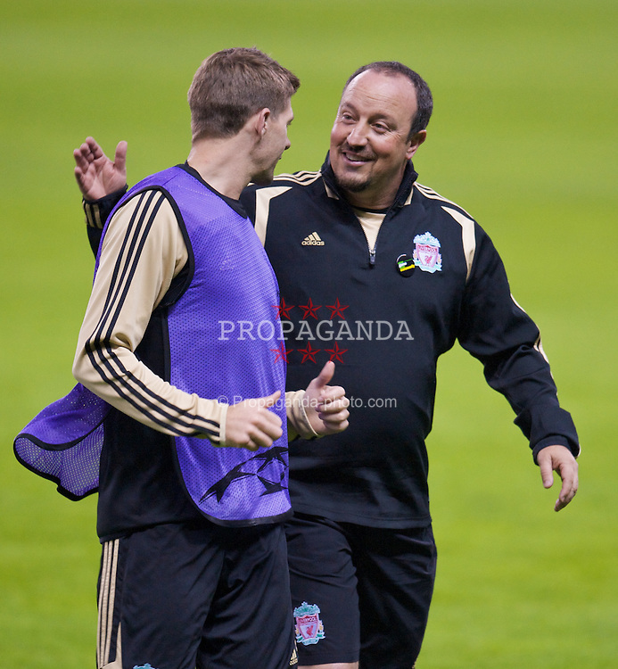 MADRID, SPAIN - Tuesday, October 21, 2008: Liverpool's manager Rafael Benitez and captain Steven Gerrard MBE during training at the Vicente Calderon ahead of the UEFA Champions League Group D match against Club Atletico de Madrid. (Photo by David Rawcliffe/Propaganda)