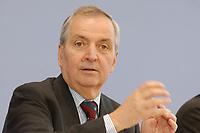 13 MAY 2002, BERLIN/GERMANY:<br /> Klaus Toepfer, Direktor der United Nations Environment Programme (UNEP) und Bundesminister a.D., waehrend einer Pressekonferenz zum Weltgipfel fuer nachhaltige Entwicklung, Bundespressekonferenz<br /> IMAGE: 20020513-02-001<br /> KEYWORDS: Klaus Töpfer