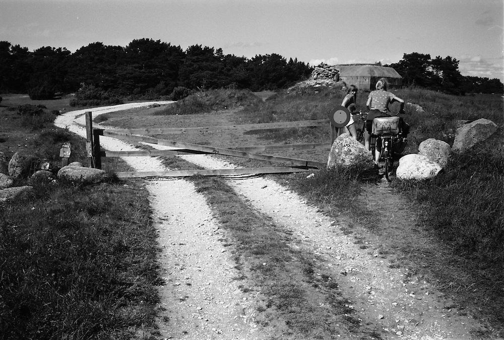 Väg och grind vid Holmhällar på Gotland
