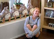 7月28日,美国洛杉矶,一名顾客们在吉卜力工作室与毛绒玩具龙猫合照。由日本动画大师宫崎骏成立的吉卜力工作室在洛杉矶开设美国首家官方快闪店,成为宫崎骏迷必访之处。该店将开业到下月24日。新华社发 (赵汉荣摄)<br /> A girl poses with the stuffed toys &quot;Totoro&quot; at the JapanLA on June 28, 2017 in Los Angeles, the United States. The cute culture shop JapanLA launched the first official U.S. Studio Ghibli pop-up, which runs until July 24.  (Xinhua/Zhao Hanrong)(Photo by Ringo Chiu)<br /> <br /> Usage Notes: This content is intended for editorial use only. For other uses, additional clearances may be required.