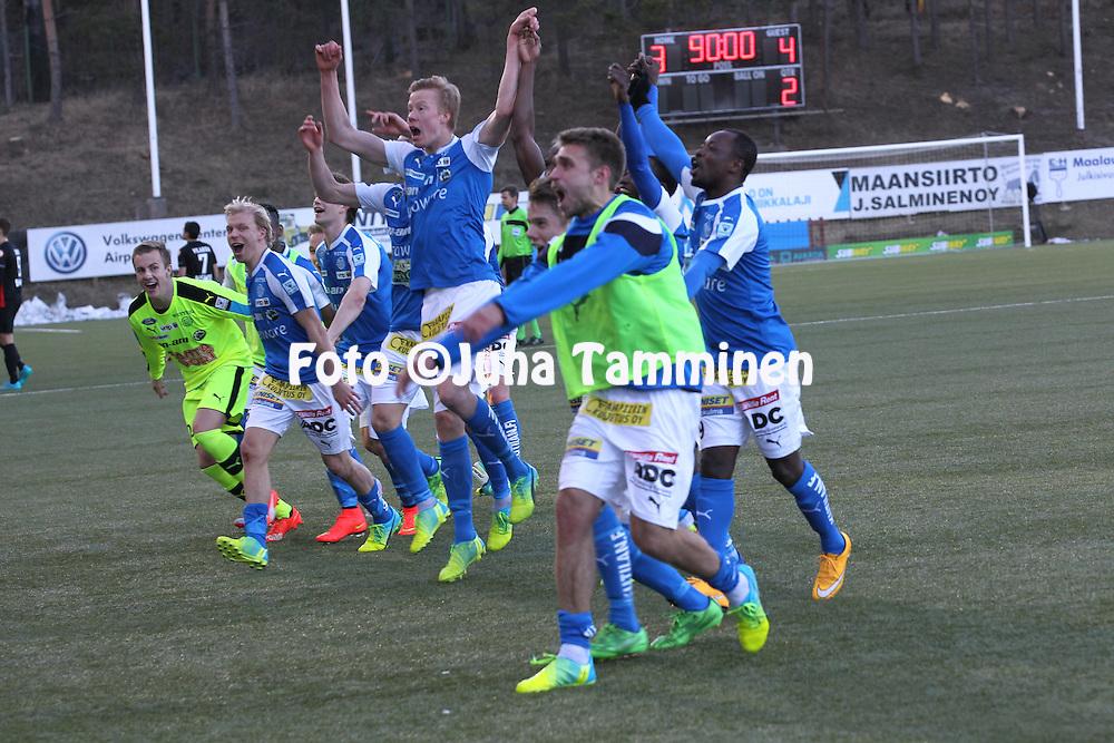 2.4.2016, Myyrm&auml;en jalkapallostadion, Vantaa.<br /> Veikkausliiga 2016.<br /> Pallokerho-35 Vantaa - Rovaniemen Palloseura.<br /> RoPSin pelaajat juhlivat voittoa, numerot taululla.