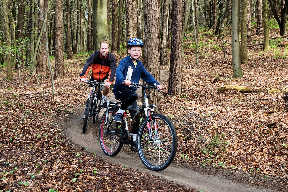 In Leersum rijden mountainbikers over het speciaal aangelegde parcours. Op de Utrechtse Heuvelrug mag alleen op de speciale routes gemountainbiket worden.<br /> <br /> In Leersum mountain bikers are riding on the track in the woods.