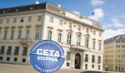 31.05.2016, Ballhausplatz, Wien, AUT, Kundgebung gegen TTIP und CETA vor dem Bundeskanzleramt, im Bild Demonstranten mit Schilder // activists during demonstration against TTIP and CETA in front of the Austrian Federal Chancellery in Vienna, Austria on 2016/05/31 EXPA Pictures © 2016, PhotoCredit: EXPA/ Michael Gruber