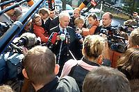 31 OCT 2005, BERLIN/GERMANY:<br /> Manfred Stolpe, SPD, Bundesverkehrsminister, im Gespraech mit Journalisten, vor Beginn der Sitzung des SPD Parteivorstandes, vor dem Willy-Brandt-Haus<br /> IMAGE: 20051031-01-003<br /> KEYWORDS: Journalist, Pressestatement, Mikrofon, microphone, Kamera, camera