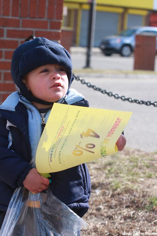 03/26/2011, Lawrence. George Iker Richardson, 18 meses, sostiene un flyer de la campaña en favor del 4% para educacion.<br /> <br /> Desafiando temperaturas de 13F y bajo una fuerte brisa, George Iker y sus padres, distribuyen flyer en las calles de Lawrence, MA.<br /> <br /> La campaña civica fue organizada por la organizacion Somos Patria. <br /> <br /> Foto: George Richardson<br /> <br /> Campaña de apoyo  de Somos Patria al 4% en educacion.