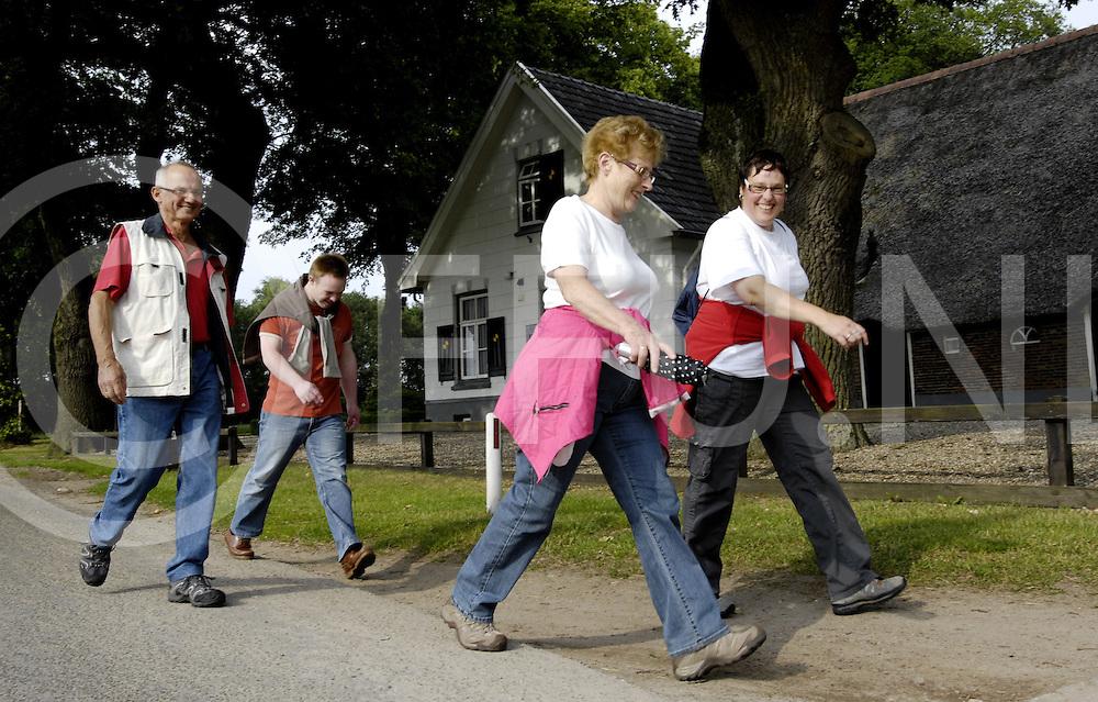 HAARLE..Deelnemers van de wandelvierdaagse onderweg voor de 5 en 10 km in en rondom Haarle.....Editie: WE....ffu press agency©2009Michiel van de Velde..TT20090615..