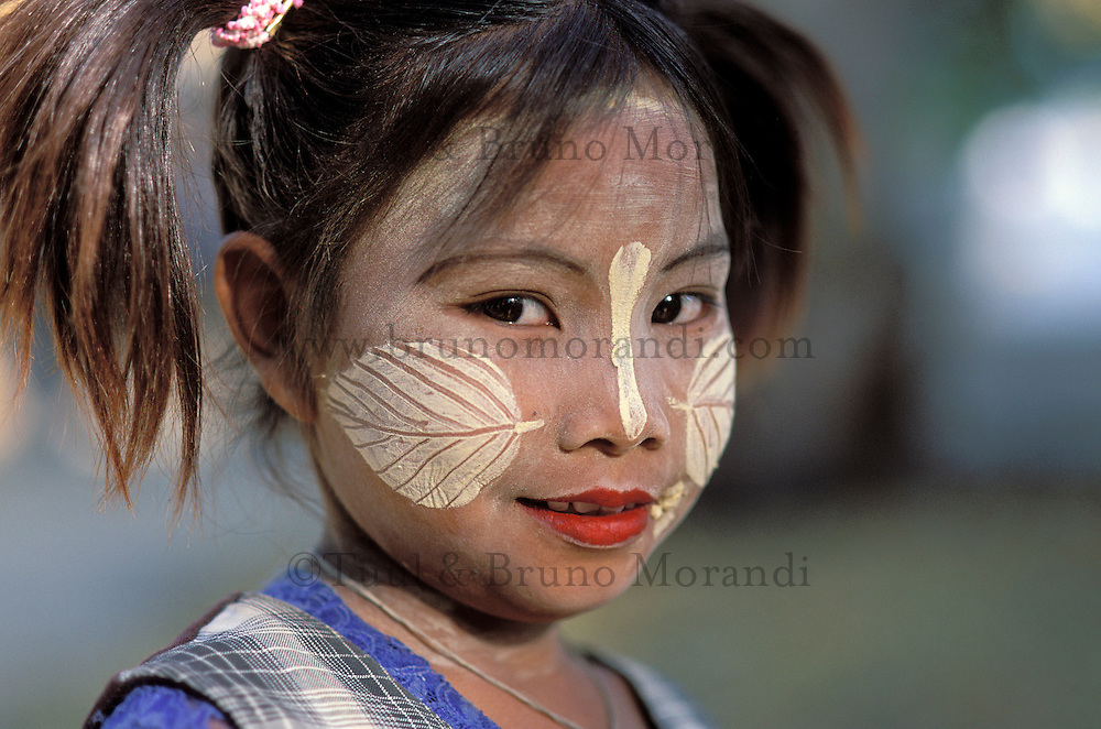 Myanmar (ex Birmanie), Mandalay,Enfant avec un maquillage de protection // Myanmar (Burma), Mandalay, Children with make up mask for protection