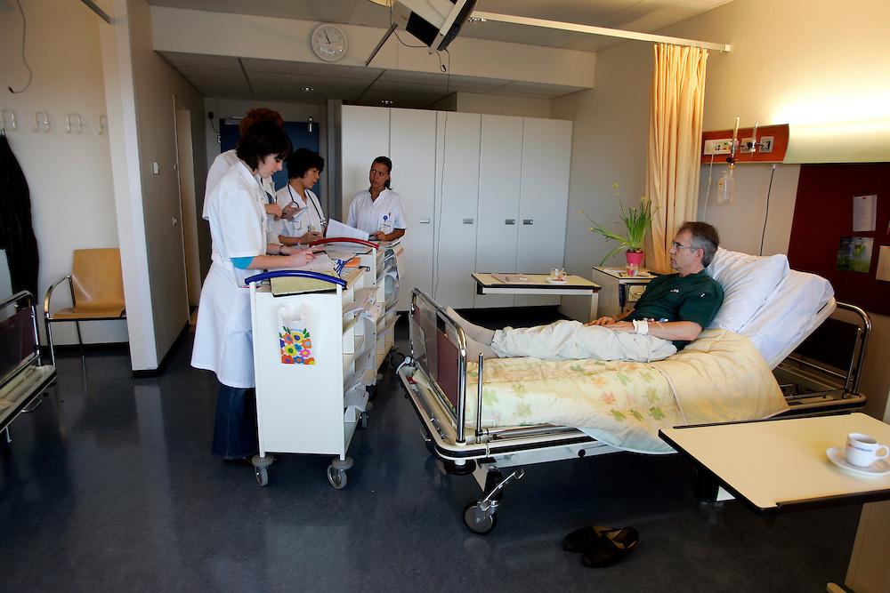 The Hague. Hospital. MCH. Medisch Centrum Haaglanden. Doctors visiting a patient..Photo: Gerrit de Heus