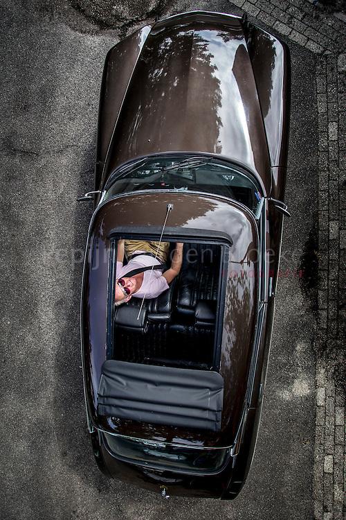 Groningen 20140707. VOOR PAGINA ZOMERGEVOEL. Geen halve maatregelen voor de ultieme beleving van zon en wind: Herko te Paske (1961) zette de zaag in het dak van zijn Citroen DS 23 IE Pallas uit 1972 en plaatste een vouwdak afkomstig uit een Renault Twingo. foto: Pepijn van den Broeke