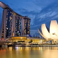 SGP, Singapur : Marina Bay Sands Hotel in Singapur , rechts das Museum fuer Kunst und Wissenschaft. |SGP, Singapore : Marina Bay Sands Hotel , at right  the Art Science museum|. 09.02.2013 .Copyright by : Rainer UNKEL , Tel.: 0171/5457756