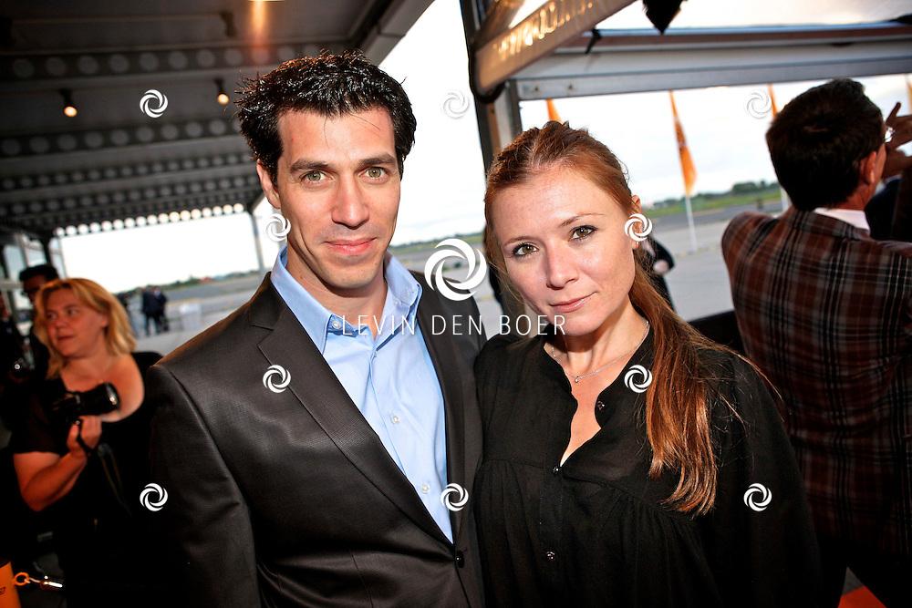 KATWIJK - Op vliegbasis Valkenburg hield Soldaat van Oranje een tweede premiere ter gelegenheid van een nieuwe Cast.  Met op de foto Oren Schrijver en Celine Purcell. FOTO LEVIN DEN BOER - PERSFOTO.NU
