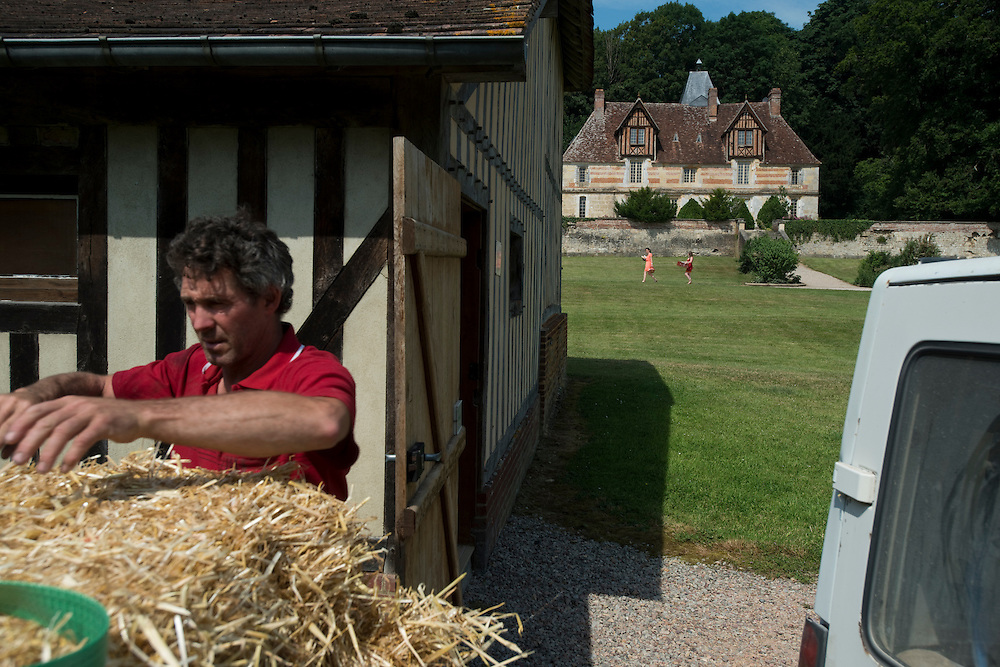 Le Domaine Saint Hippolyte, une ferme augeronne avec un beau Manoir – ISMH - fin du XVème siècle début du XVIème siècle et ses dépendances. Le site est géré par une coopérative agricole et produite des fromages Livarot, Pont l'Évêque et Pave d' Auge AOP qui ont été souvent primés. Saint Martin de la Lieue, France. 17/07/2013.