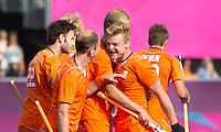 LONDEN - Mink van der Weerden (r) heeft de stand op 3-2 gebracht (3-2)  ,maandag in de hockey wedstrijd tussen de mannen van Nederland en India tijdens de Olympische Spelen in Londen .ANP KOEN SUYK