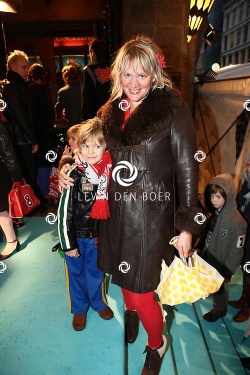 AMSTERDAM - Elske Falkena met zoon Merlin op de rode loper van de filmpremiere Dik Trom zondag in Amsterdam.  FOTO LEVIN DEN BOER - PERSFOTO.NU