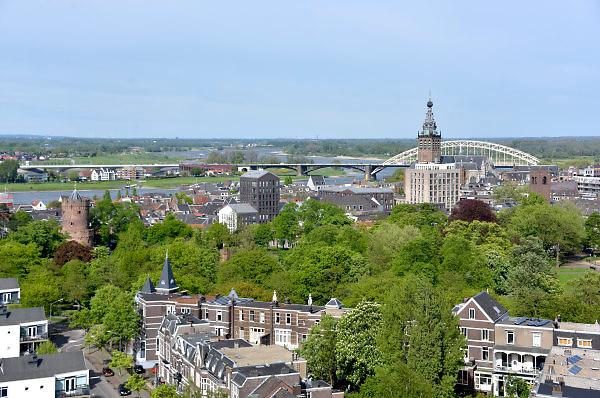 Nederland, Nijmegen: 1-5-2018 Uitzicht op het centum van Nijmegen richting Betuwe . de stevenskerk, rivier de waal en de nevengeul, spiegelwaal zijn te zien . FOTO: FLIP FRANSSEN