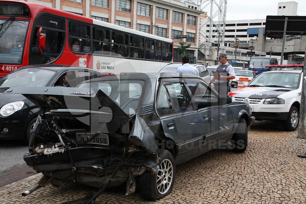 SÃO PAULO, SP, 02 DE MARCO 2011 - TRANSITO ACIDENTE - Acidente envolvendo dois carros na manhã desta quarta-feira (2) na na Rua da Figueira, região do Pq. Dom Pedro, centro de São Paulo. (foto: AMAURI NEHN/NEWS FREE)