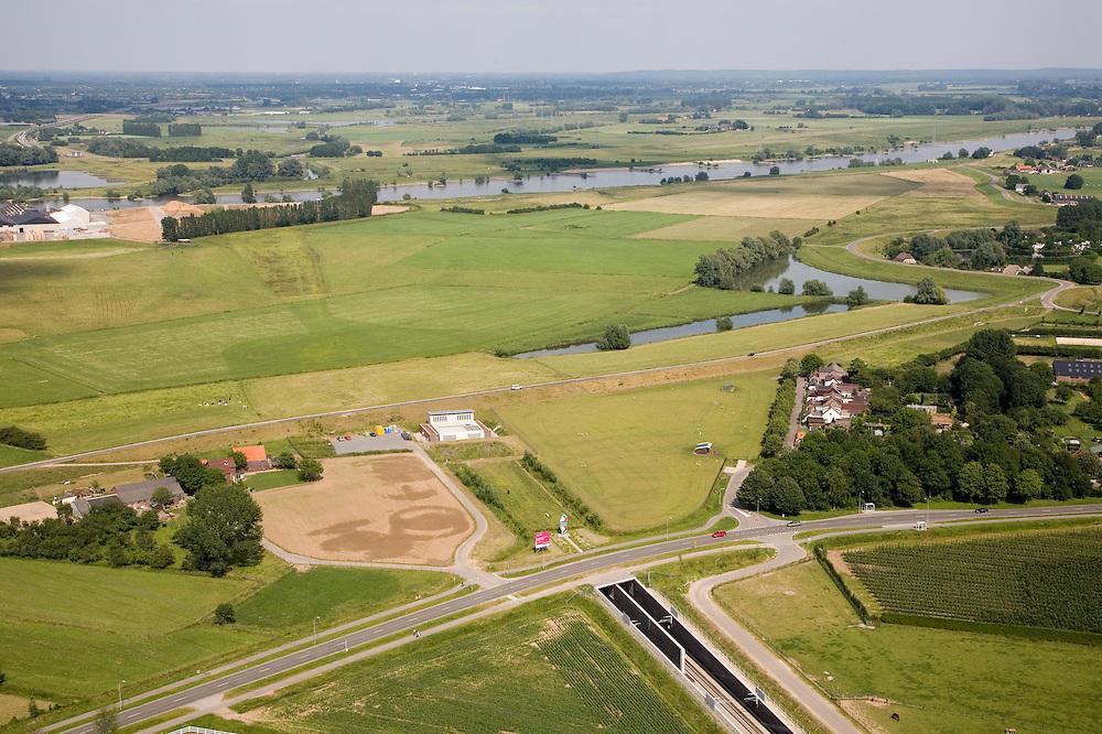 Nederland, Gelderland, Angeren, 28-06-2006; Betuweroute in Oostelijke richting, Pannerdensch kanaal (Neder-Rijn) aan de horizon: oorspronkelijk zou hier een brug komen, ook door de uitgestrekte uiterwaarden, maar om de woongemeenschap Boerenhoek (midden rechts) geluidsoverlast te besparen en de verder op gelegen natuurgbieden te ontzien, is er een tunnel geboord; boortunnel Betuwelijn, democratie, inspraak, rivierdijk, landschap, milieu, transport, verkeer en vervoer, planologie, geluidsoverlast, spoorbrug; zie ook (lucht)foto's van deze lokatie; deel van de serie Panorama Nederland luchtfoto (toeslag aerial photo (additional fee required .foto Siebe Swart / photo Siebe Swart